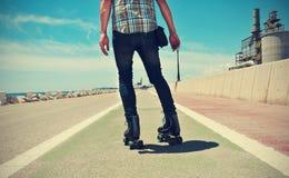 Pattinaggio a rotelle del giovane, con un effetto inter-elaborato fotografie stock