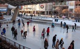 Pattinaggio su ghiaccio all'aperto della famiglia Fotografia Stock