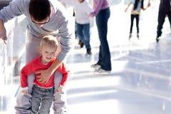 Pattinaggio su ghiaccio della famiglia Fotografia Stock Libera da Diritti