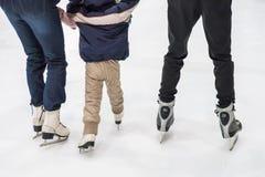 Pattinaggio su ghiaccio della famiglia alla pista di pattinaggio Attività di inverno fotografie stock