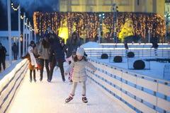Pattinaggio su ghiaccio della gente alla sera fotografie stock