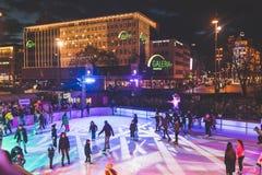 Pattinaggio su ghiaccio della gente in Karlsplatz, Monaco di Baviera Immagine Stock