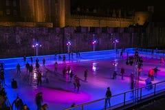 Pattinaggio su ghiaccio della gente sulla pista di pattinaggio sul ghiaccio dell'interno immagine stock libera da diritti