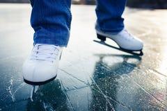 Pattinaggio su ghiaccio della giovane donna all'aperto su uno stagno Fotografie Stock Libere da Diritti