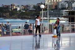 Pattinaggio su ghiaccio delle ragazze sulla pista di pattinaggio sul ghiaccio di Bondi Fotografia Stock Libera da Diritti