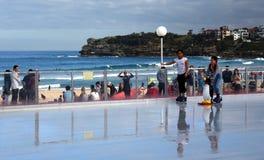Pattinaggio su ghiaccio delle ragazze sulla pista di pattinaggio sul ghiaccio di Bondi Immagini Stock Libere da Diritti