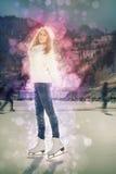 Pattinaggio su ghiaccio grazioso della ragazza all'aperto alla pista di pattinaggio sul ghiaccio Immagini Stock