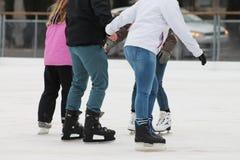 Pattinaggio su ghiaccio nell'orario invernale Fotografia Stock Libera da Diritti