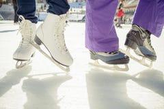 Pattinaggio su ghiaccio pattinante delle scarpe del primo piano all'aperto alla pista di pattinaggio sul ghiaccio Immagini Stock Libere da Diritti