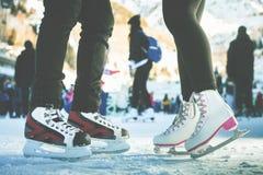 Pattinaggio su ghiaccio pattinante delle scarpe del primo piano all'aperto alla pista di pattinaggio sul ghiaccio Fotografia Stock