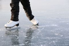 Pattinare di ghiaccio della giovane donna all'aperto Fotografia Stock