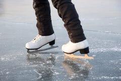 Pattinare di ghiaccio della giovane donna all'aperto Fotografie Stock