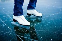 Pattinare di ghiaccio della giovane donna all'aperto Fotografia Stock Libera da Diritti