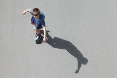 Pattinare di rullo del ragazzo Fotografie Stock