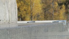 Pattinatore irriconoscibile che fa frantumazione di trucco 5-0 sul bordo della via sul monumento archivi video