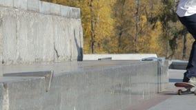Pattinatore irriconoscibile che fa frantumazione di trucco 5-0 sul bordo della via sul monumento video d archivio