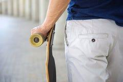 Pattinatore maschio abile con il suo bordo Fotografie Stock Libere da Diritti