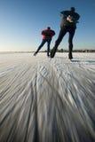 Pattinatori di ghiaccio su un lago congelato. Fotografia Stock Libera da Diritti