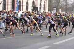 Pattinatori mezzi del rullo di maratona Fotografie Stock Libere da Diritti