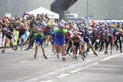 Pattinatori mezzi del rullo di maratona Immagine Stock