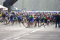 Pattinatori mezzi del rullo di maratona Fotografia Stock Libera da Diritti