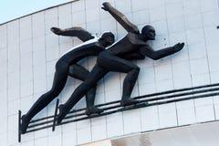 Pattinatori su ghiaccio alla pista di pattinaggio famosa Medeo a Almaty immagini stock