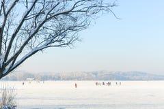 Pattinatori su ghiaccio su un lago congelato II Immagini Stock Libere da Diritti