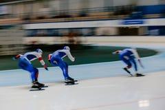 pattinatori vaghi di velocità degli atleti delle donne di moto tre immagine stock libera da diritti