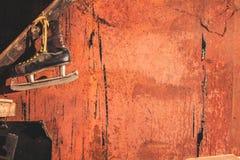 Pattini con una lama tagliente in un garage sanguinoso Halloween fotografie stock libere da diritti