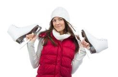 Pattini da ghiaccio della tenuta della giovane donna per lo sport di pattinaggio su ghiaccio di inverno fotografie stock libere da diritti