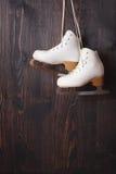 Pattini da ghiaccio su un fondo di legno Fotografia Stock