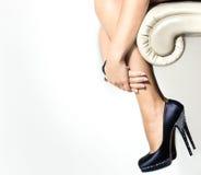 Pattini del piedino della donna e dell'alto tallone Fotografia Stock Libera da Diritti