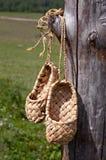 Pattini della rafia che appendono sul palo Fotografia Stock