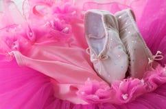 Pattini di balletto e del tutu fotografia stock libera da diritti