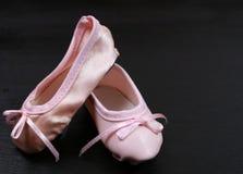 Pattini di balletto sul nero Immagini Stock