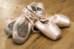 Pattini di balletto vecchi e nuovi Immagini Stock