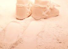 Pattini di bambino che camminano sulla polvere di bambino Fotografia Stock Libera da Diritti