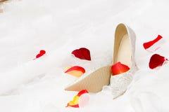 Pattini di cerimonia nuziale e petails di rosa Immagine Stock