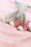 Pattini di colore rosa di bambino ed elefante della peluche Immagini Stock