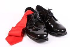 Pattini dressy e legame rosso degli uomini lucidi fotografia stock libera da diritti