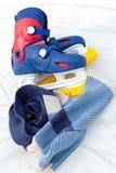 Pattini e sciarpa di ghiaccio immagini stock libere da diritti