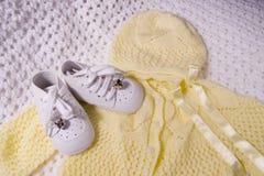 Pattini e vestito di bambino immagine stock
