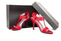 Pattini sexy e rossi dell'alto tallone su bianco Fotografia Stock Libera da Diritti
