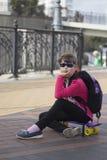 Pattino alla moda di guida del bambino della bambina in città fotografia stock