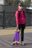 Pattino alla moda di guida del bambino della bambina in città immagini stock