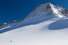Pattino-alpinisti su un ghiacciaio nelle alpi Fotografie Stock