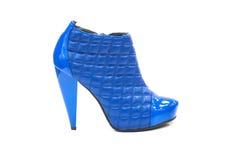 Pattino blu di cuoio imbottito con l'alto tallone Fotografia Stock Libera da Diritti