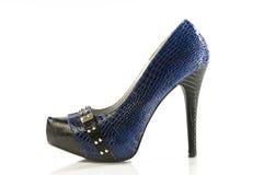 Pattino blu e nero dell'alto tallone dello stiletto fotografia stock