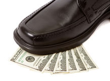 Pattino dell'uomo su soldi Fotografia Stock Libera da Diritti