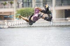 Pattino di acqua nell'azione: Trucchi di Wakeboard dell'uomo Immagine Stock